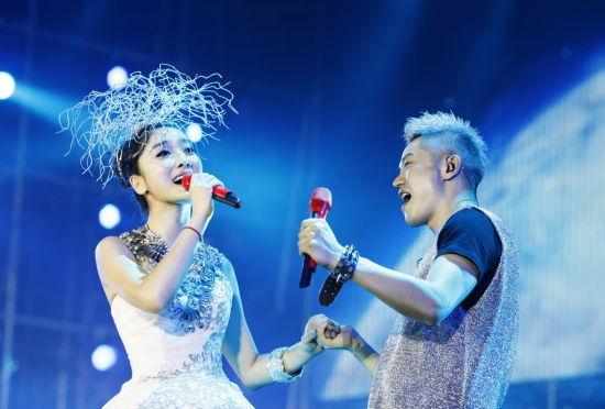 《最炫民族风》 2010年2月14日凤凰传奇在央视春节联欢晚会演唱《天蓝