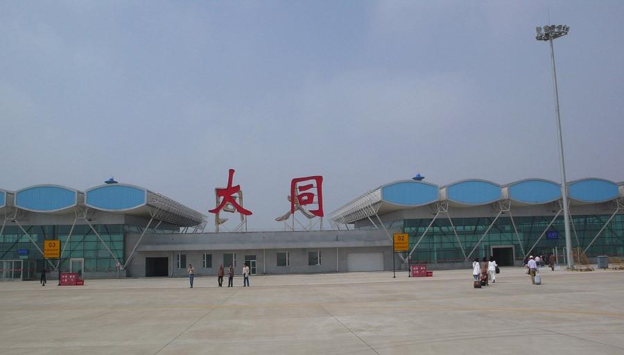 大同机场改扩建工程主要分飞行区工程、航站区及附属配套工程。飞行区工程主要有:跑道向西北方向延长600米,宽由原来的45米加宽到60米;增设一条垂直联络道及4机位站坪,配套消防、排水、围界及巡场路工程,西北端助航灯光系统改造工程,导航设施搬迁工程等。 2009年7月飞行区工程开工,2010年7月竣工。经国家民航局批准,去年10月20日,飞行区扩建工程投入正常使用。航站区工程主要有:新建航站楼8970平方米、停车场、道路和绿化3万平方米、值班业务用房2600平方米、特种车库1500平方米,扩建变电站、食堂、供
